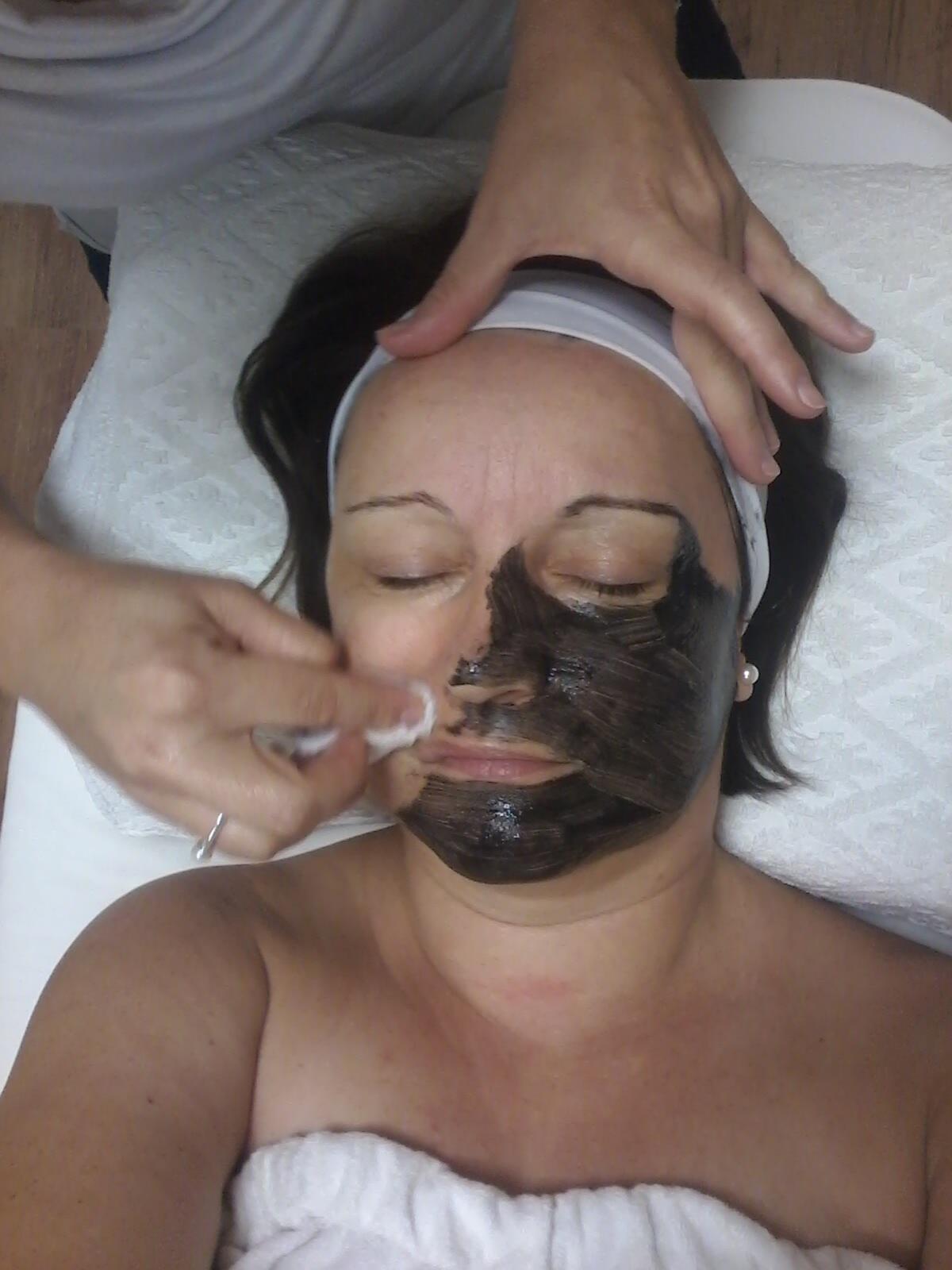 Arc- és testkezelési konzultáció Gyémántfejes mikrodermabrázió Hámlasztó kezelések Hialuronsavas bőrfeltöltő arckezelés La Perla Nera mélytisztító arckezelés Orvosi dermaroller kezelés Szemkörnyék kezelés